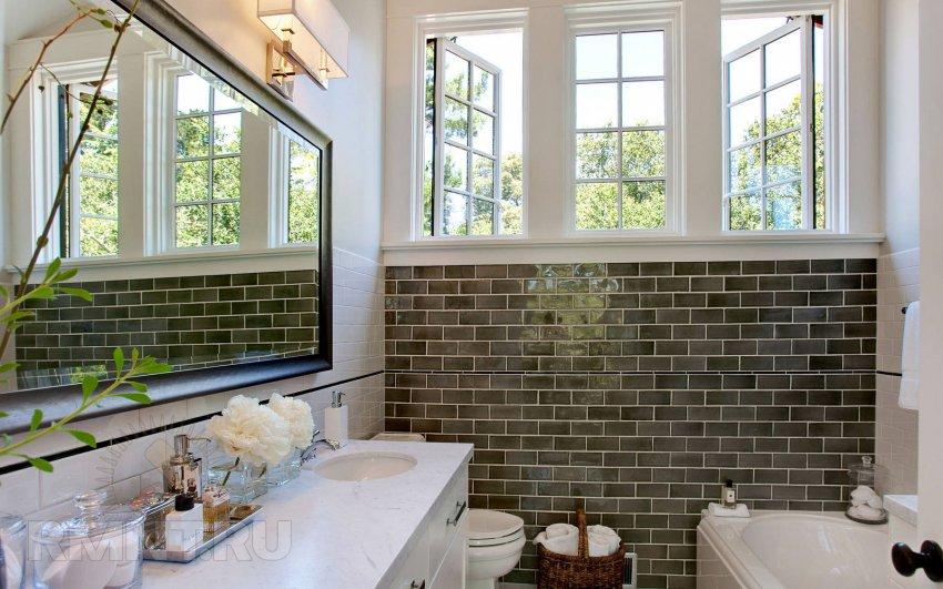 Mønstre til badeværelset. Hvide fliser med et mønster til ...