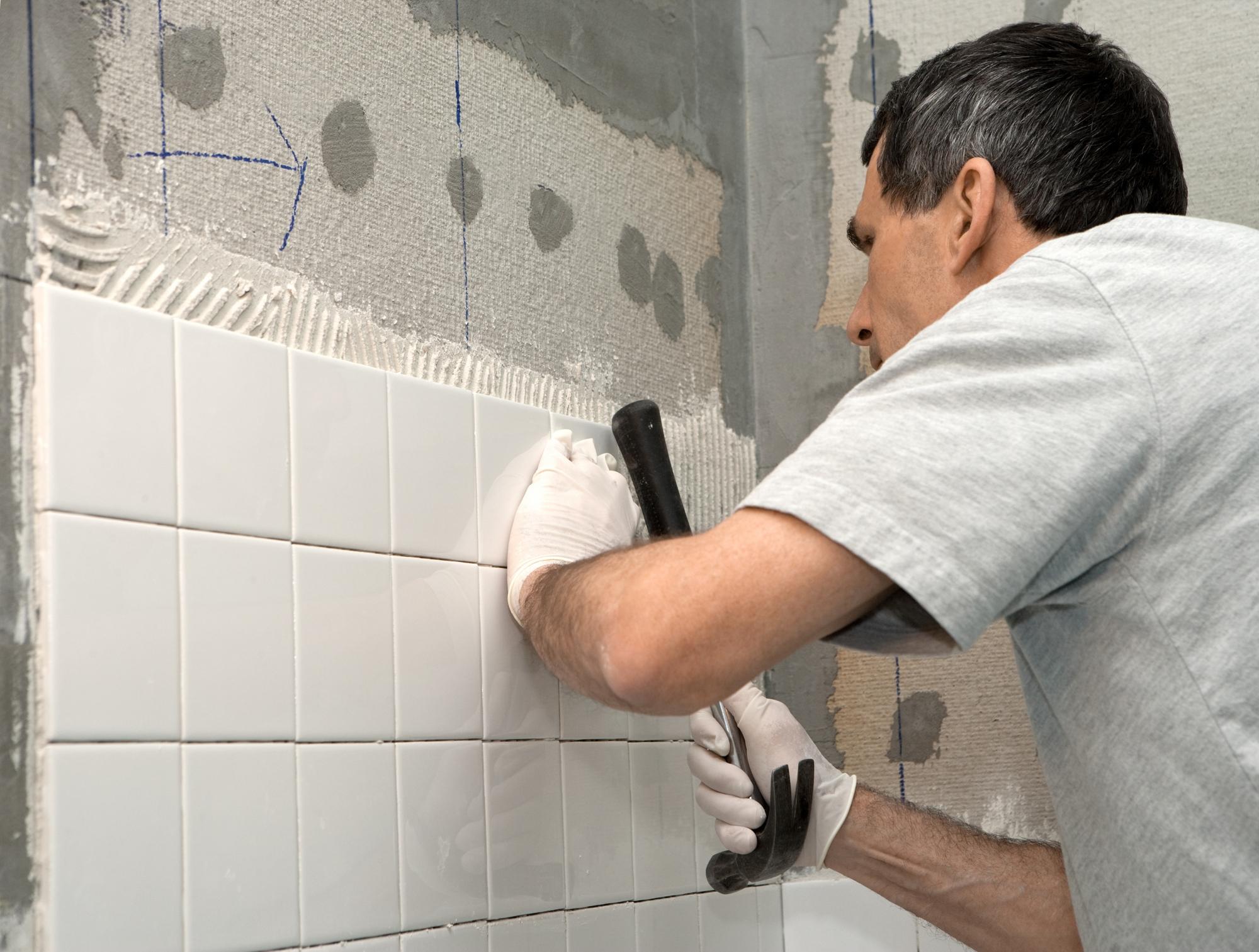 Как снять старую плитку со стены своими руками 58
